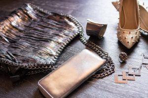 Forskjellige smykker og tilbehør på bord