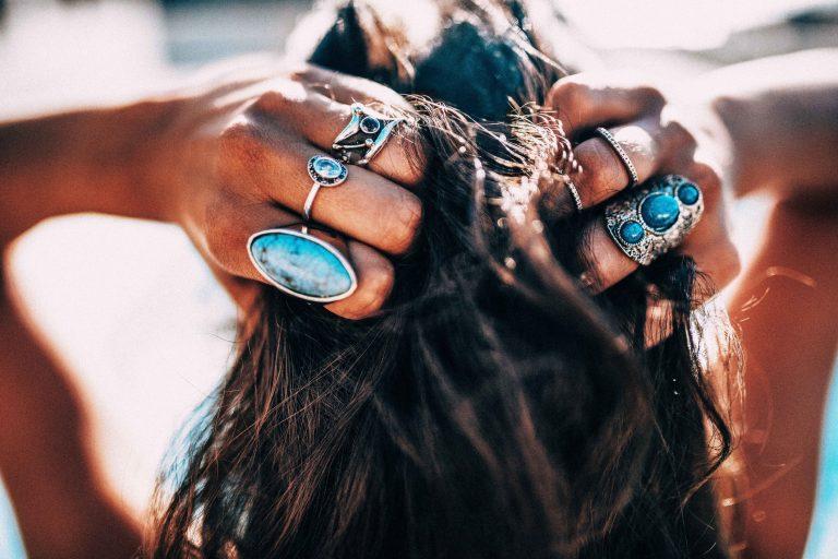 Kvinnehånd med turkise smykker
